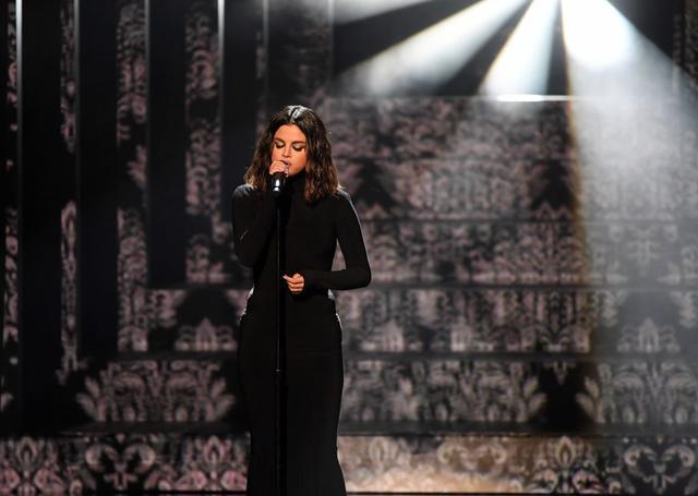 画像: 2019年11月に開催されたアメリカン・ミュージック・アワードで「ルーズ・ユー・トゥ・ラブ・ミー」を初披露したセレーナ。