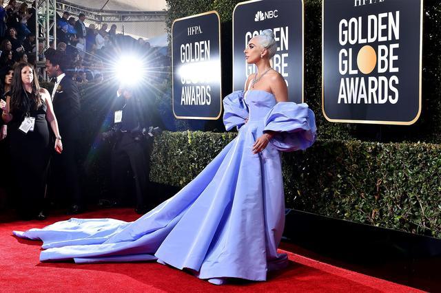 画像: 2019年のゴールデン・グローブ賞のレッドカーペットでポーズを決めるシンガーのレディー・ガガ。