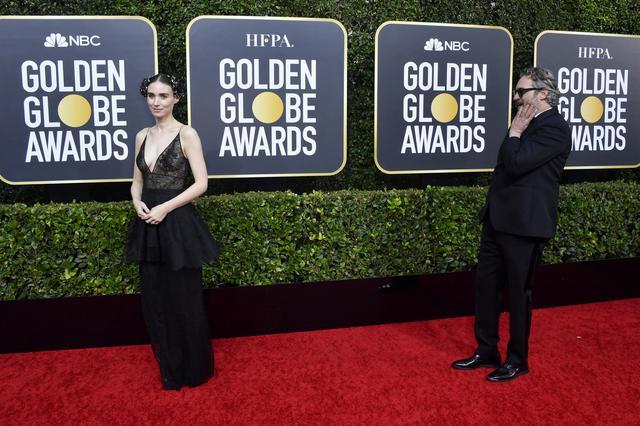 画像: レッドカーペットに揃って登場したホアキン・フェニックスとルーニー・マーラ。
