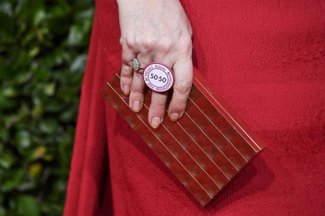 画像2: ドラマ部門の主演女優賞を受賞したオリヴィアの手にメッセージ