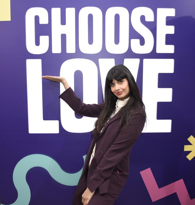 画像: 難民支援を示すバッチ「Choose Love」