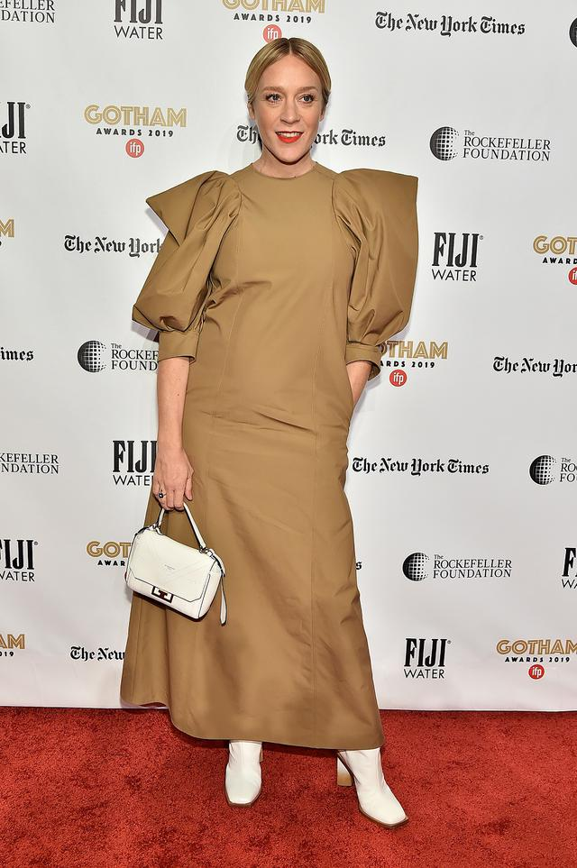 画像: クロエは、ビル・マーレイやアダム・ドライバー、セレーナ・ゴメスら豪華キャストが集結したジム・ジャームッシュ監督のホラーコメディ映画『ザ・デッド・ドント・ダイ』のキャストにも名を連ねている。写真は2019年12月に開催されたゴッサム・インディペンデント映画賞の授賞式にて。