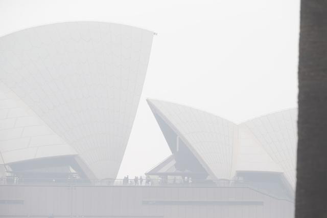 画像: 2020年1月8日に撮られたシドニー・オペラ座の写真。空は煙で覆われている。