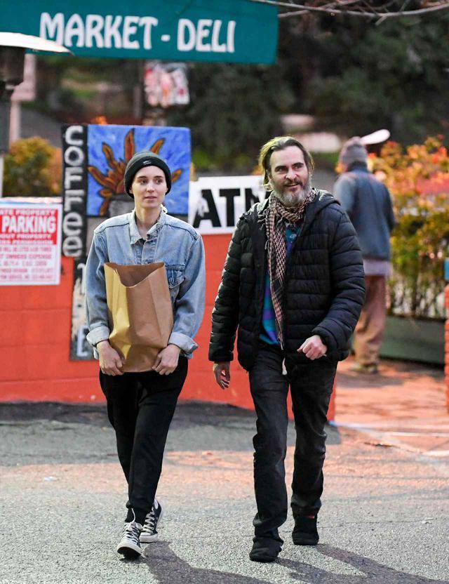 画像: 婚約者のルーニー・マーラと買い物するホアキン。もちろんビニール袋は使いません。