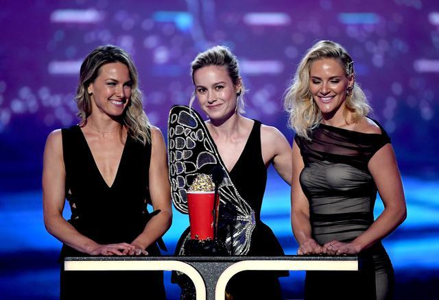 画像: 2019年6月のMTVムービー&TVアワードでべスト・ファイト賞を、自身のスタント俳優たちと共に受賞したマーベル映画『キャプテン・マーベル』の主演女優ブリー・ラーソン(中央)。