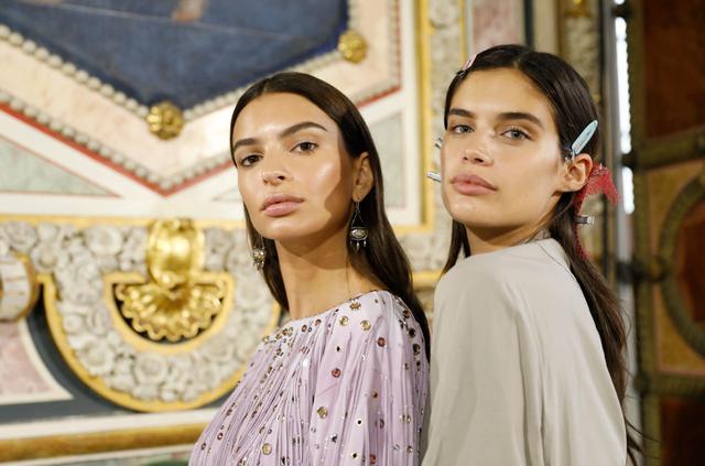 画像: 左:エミリー・ラタコウスキー、右:サラ・サンパイオ