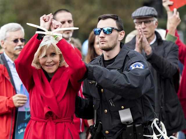 画像: 以前開催された「ファイア・ドリル・フライデーズ」で警察に逮捕されるジェーン。