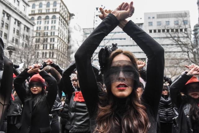 """画像: ワインスタイン被告への抗議の一環として""""レイプ・ダンス""""を踊る女性たち。"""