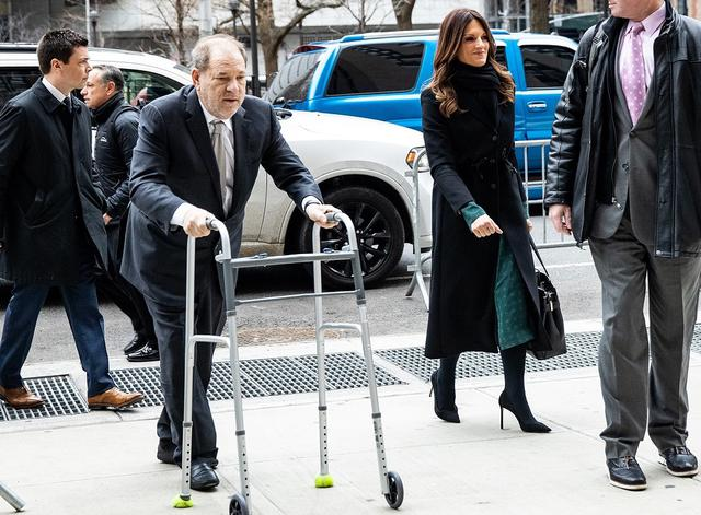 画像: 1月13日に裁判所前で撮影された近影。以前よりも体重が落ちたワインスタイン被告は歩行困難を理由に現在は歩行器を使用している。