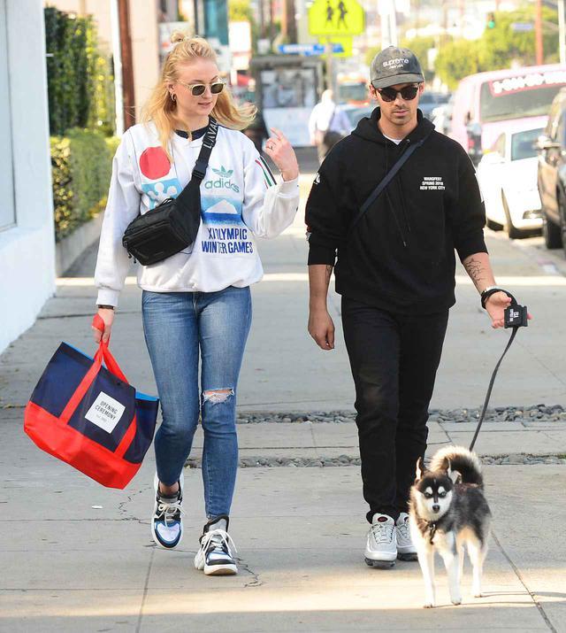 画像: ジョー・ジョナスの妻ソフィー・ターナーが愛用している、ヴィヴィッドなカラーリングのショッピングバッグが有名