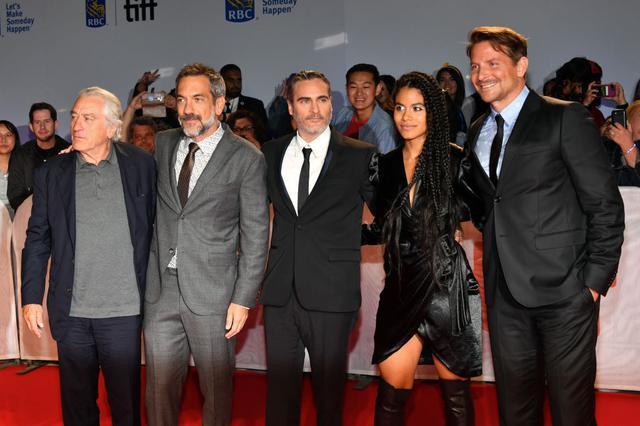 画像: 左からロバート・デ・ニーロ、トッド・フィリップス監督、ホアキン・フェニックス、ザジー・ビーツ、ブラッドリー・クーパー。