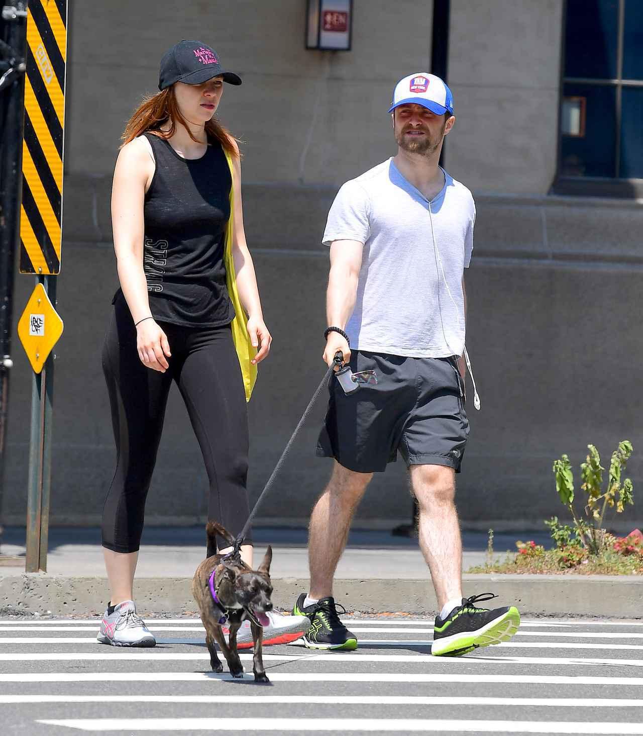 画像: 2019年7月に撮られた写真。散歩しているのが保護した愛犬だと思われる。
