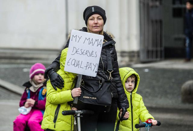 画像: 「僕のママは平等な賃金に値する」というプラカード。世界に根強く残る、賃金における男女の格差問題を指摘した。