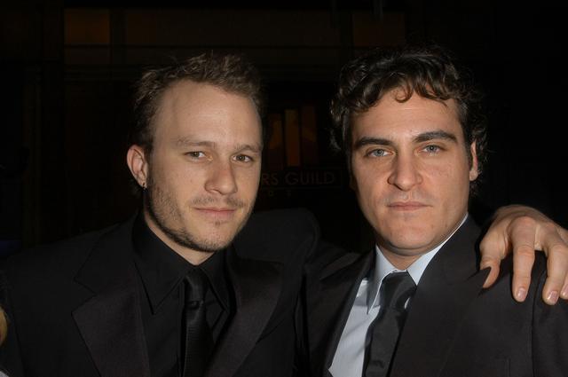 画像: 2006年に撮影されたヒース・レジャー(左)とホアキン・フェニックス(右)