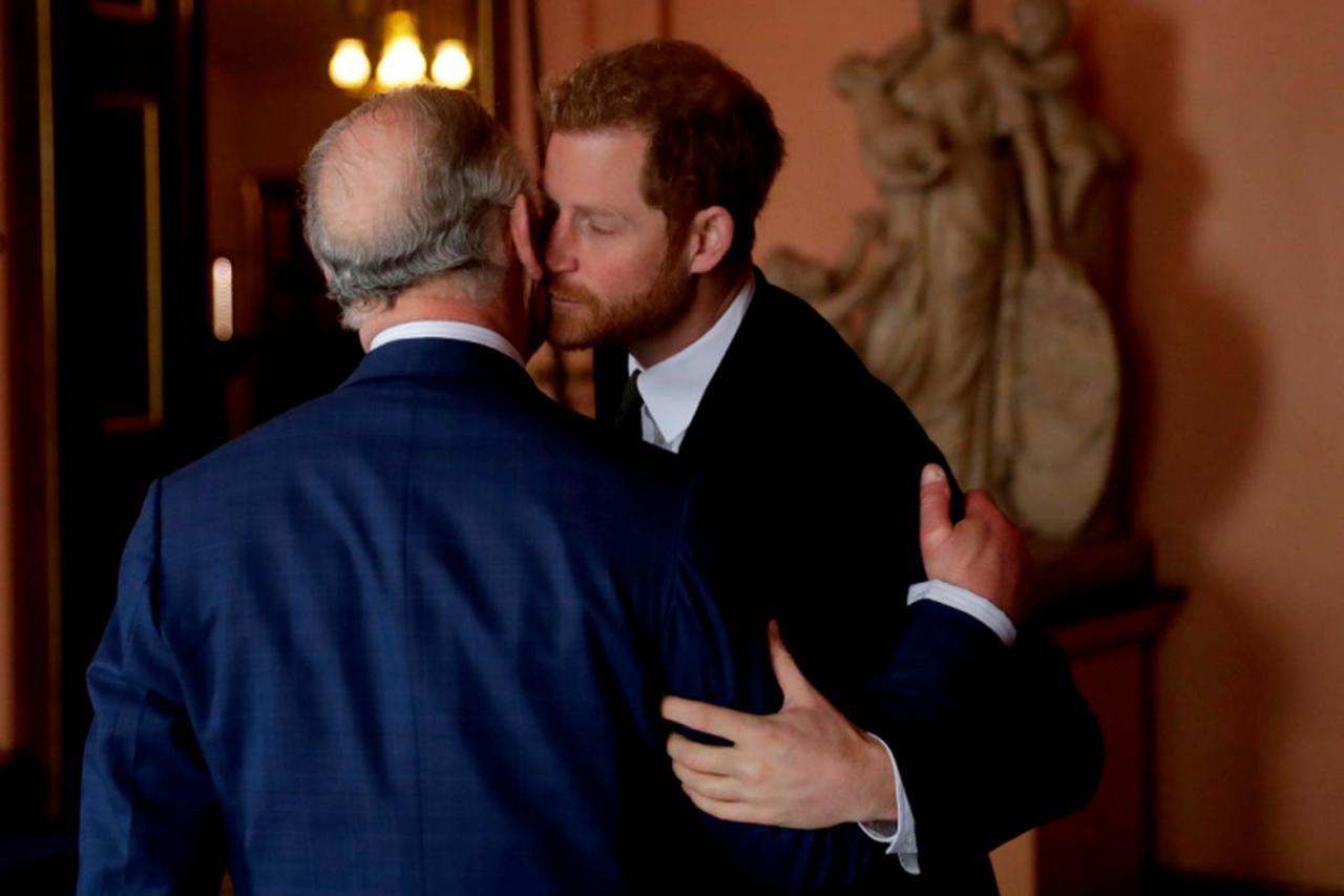画像: チャールズ皇太子とヘンリー王子。