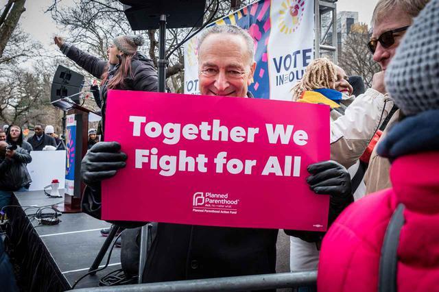 画像: こちらの男性は「共に、全員のために、闘おう」というプラカードを手に。