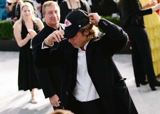 画像: 2、大好きなフットボール・チームの帽子をかぶったブラッド・ピット
