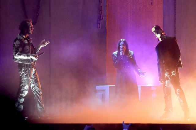 画像: 2019年11月に開催されたアメリカン・ミュージック・アワードではラッパーのポスト・マローン(左)とトラヴィス・スコット(右)との異色のコラボパフォーマンスを披露。