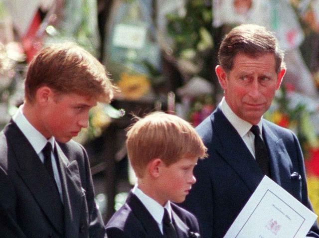画像: ダイアナ元妃のお葬式に参列したウィリアム王子(左)、ヘンリー王子(中央)、チャールズ皇太子(右)