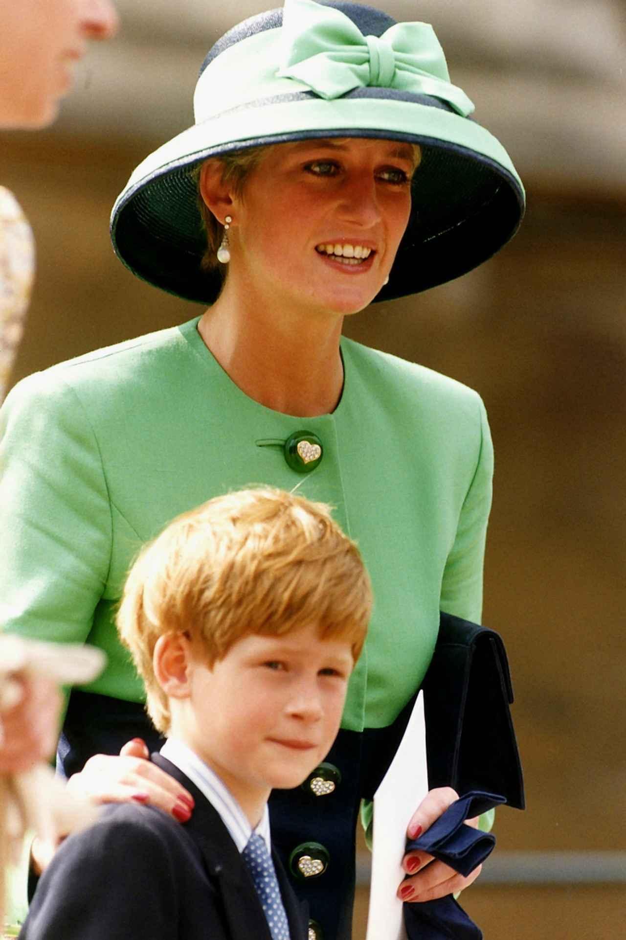 画像: 生前のダイアナ妃と幼少期のヘンリー王子。1992年撮影。