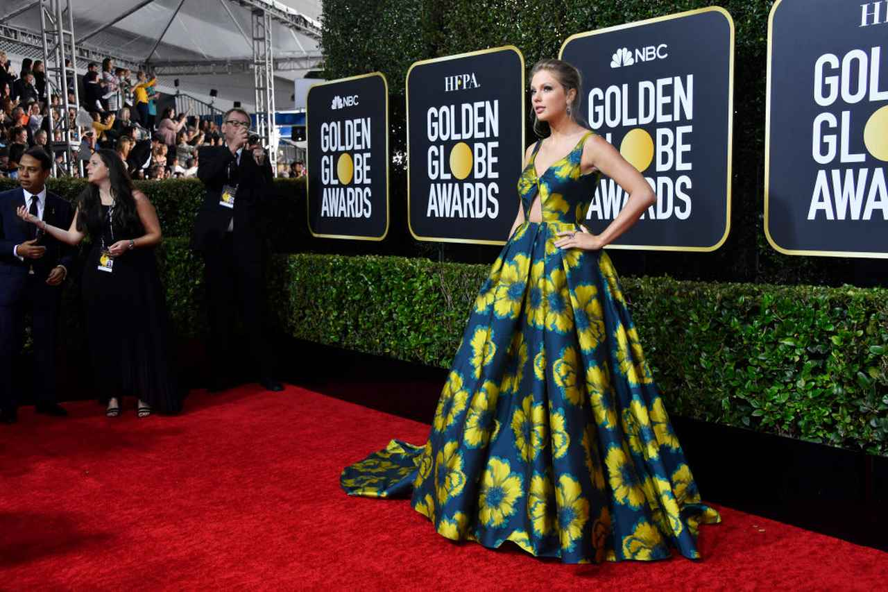 画像: ゴールデン・グローブ賞のレッドカーペットに登場したテイラー。