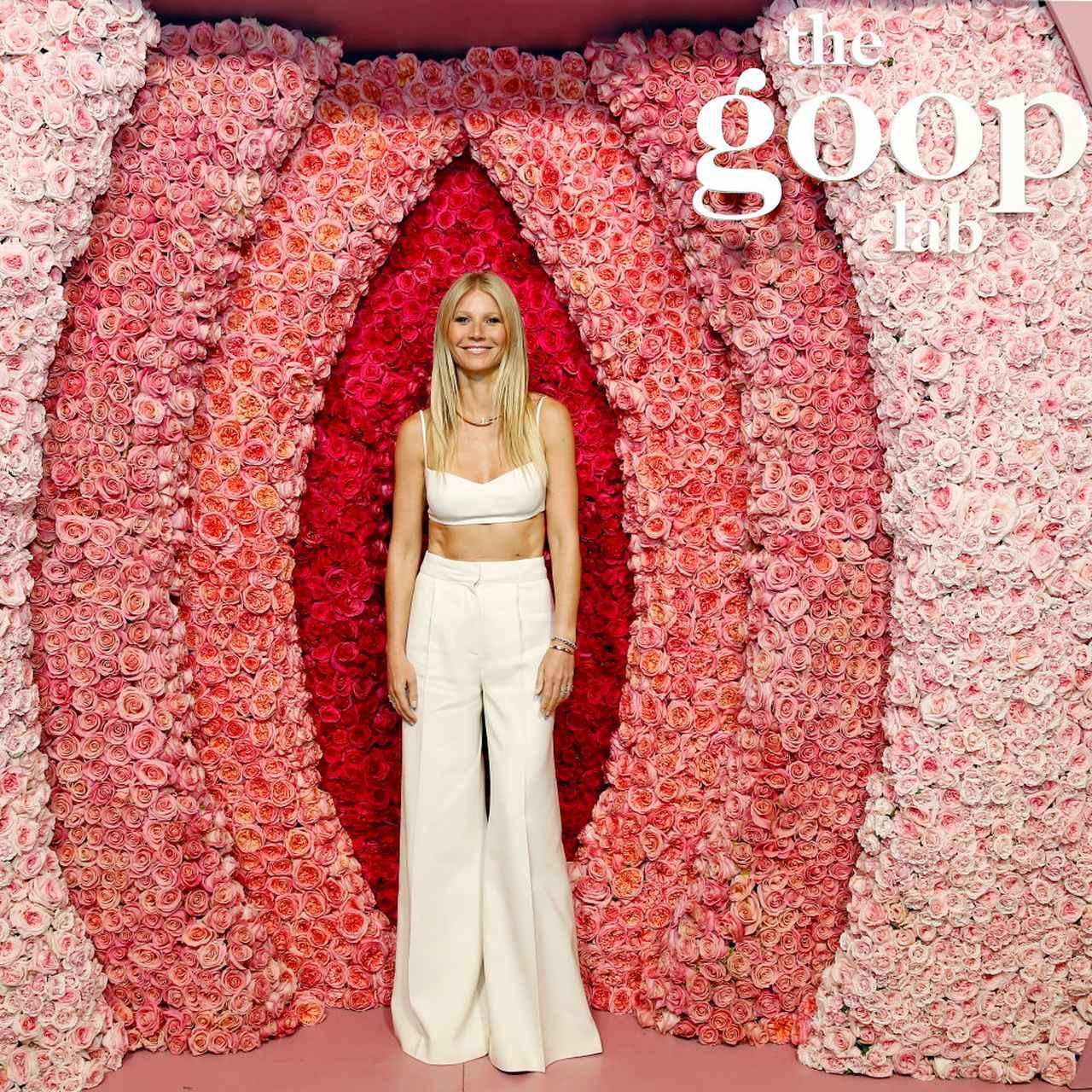 画像: グープの活動に焦点を当てたNetflixのドキュメンタリーシリーズ『グウィネス・パルトローのグープ・ラボ』の特別上映会に出席したグウィネス。会場には、女性器をイメージしたフラワーアレンジメントが登場した。
