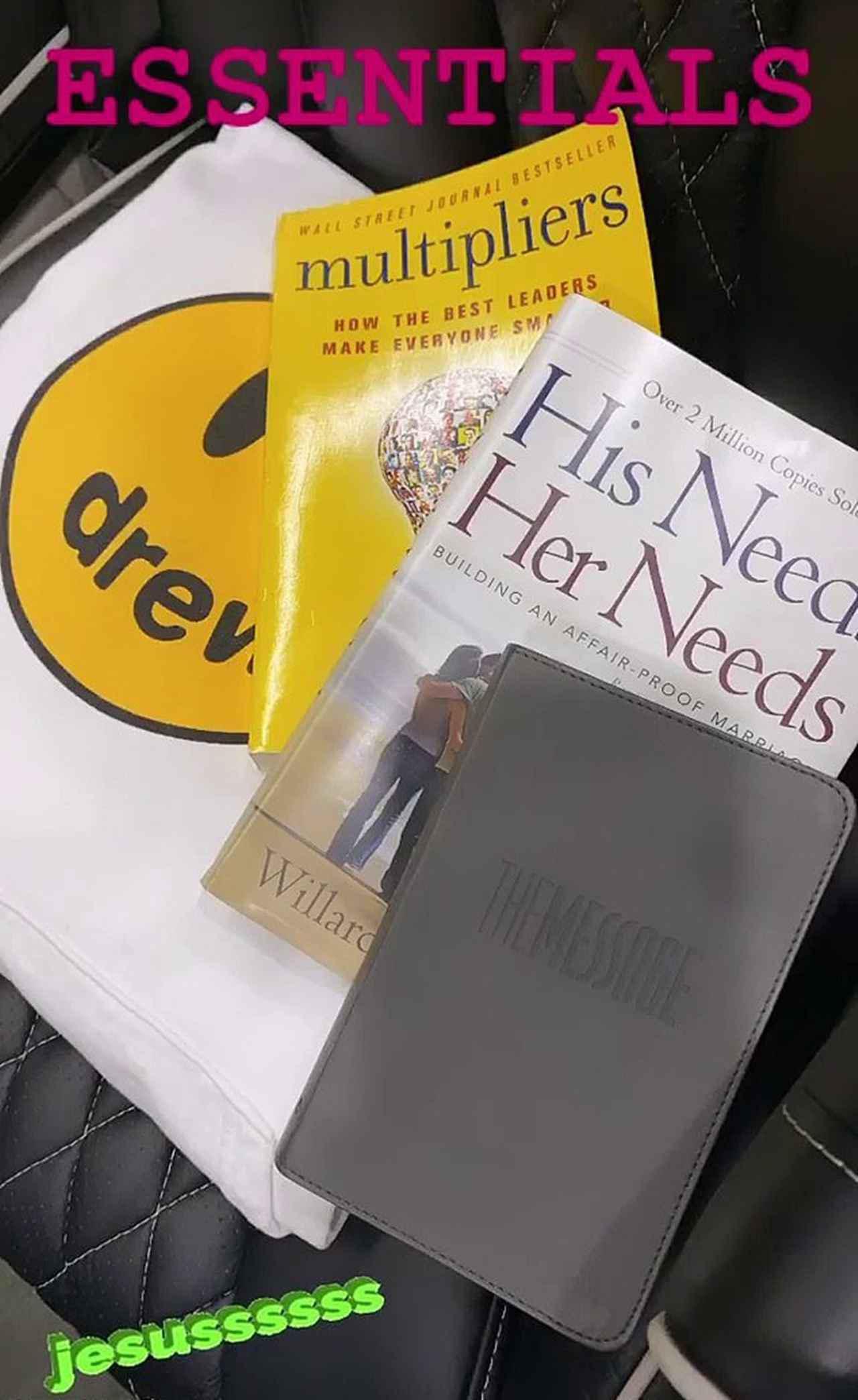 画像: 奥にあるもう1冊の本はリズ・ワイズマン氏の著書『 Multipliers: How the Best Leaders Make Everyone Smarter』というビジネス書で、手前にある黒いブックカバーがかかった方は、敬虔なキリスト教徒で知られるジャスティンらしく「聖書」とのこと。