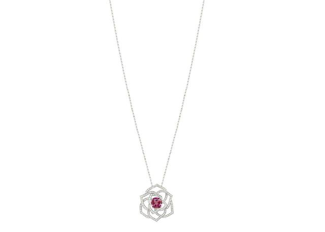 画像: ピアジェ ローズ ペンダント (G33U0982) 本体価格:¥1,208,000(税抜)/素材:18Kホワイトゴールド、ダイヤモンド約0.53ct、ピンクトルマリン1.30ct
