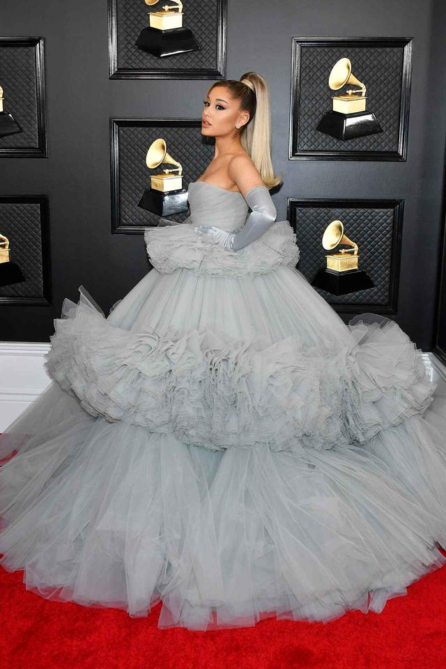 画像: ジャンバティスタ・ヴァリのドレスを着用