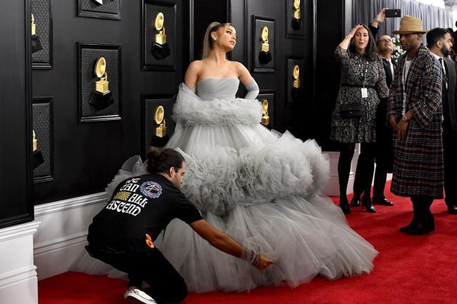 画像: ドレスを美しく見せるために、裾を整えるスタッフ