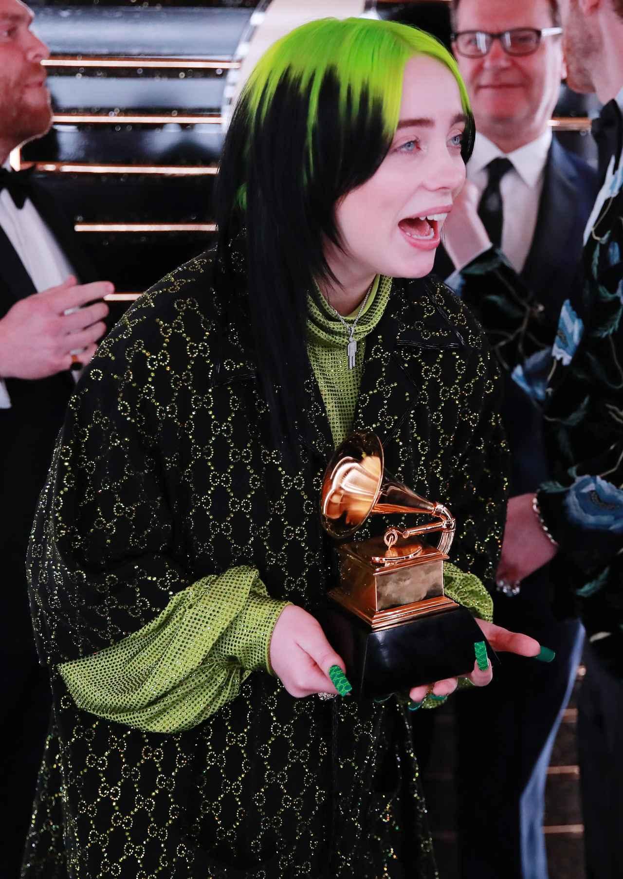 画像5: ビリー・アイリッシュ、レコード賞の受賞を知った瞬間をパシャリ