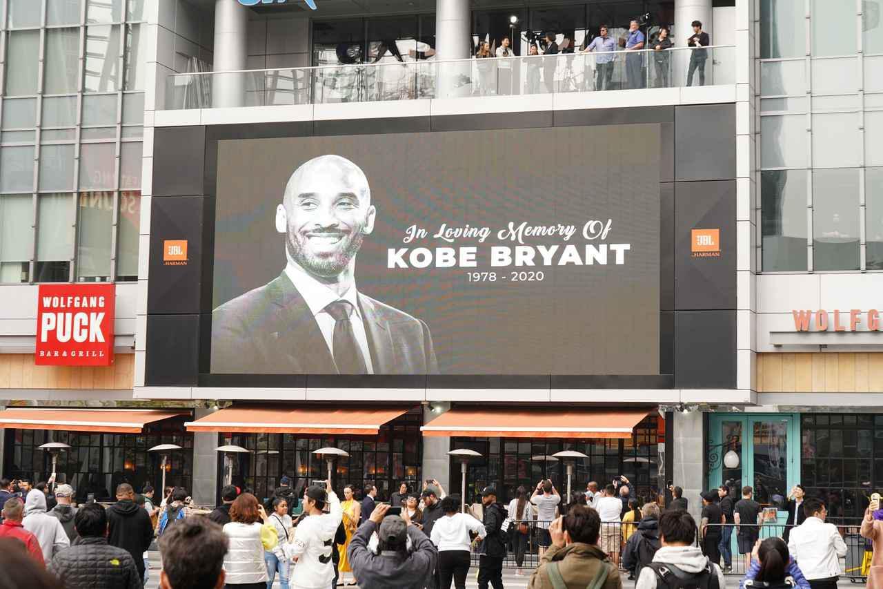 画像: ステイブルズ・センターの外にあるスクリーン。