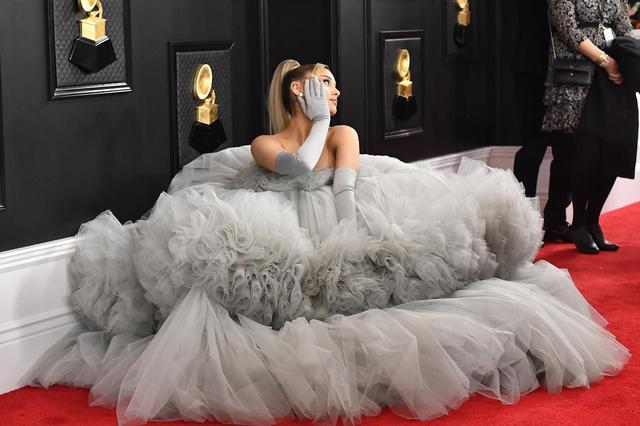 画像: 5部門ノミネートのアリアナが圧巻のドレスで登場