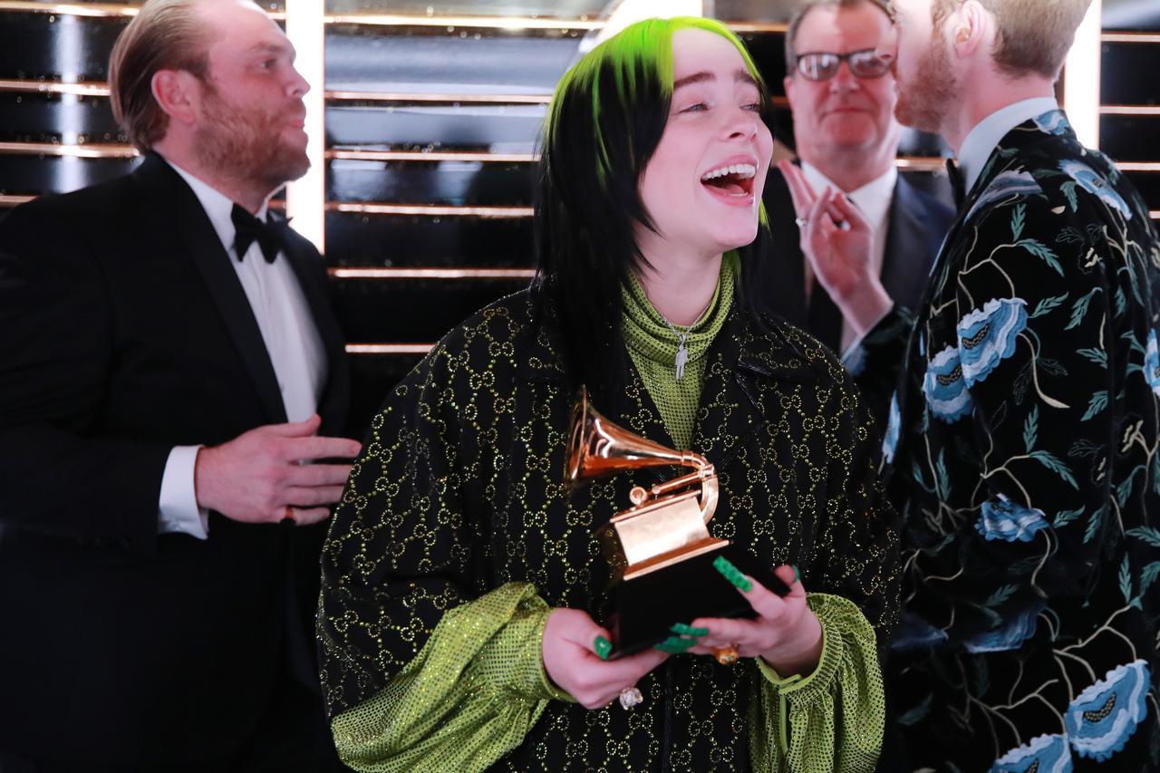 画像4: ビリー・アイリッシュ、レコード賞の受賞を知った瞬間をパシャリ