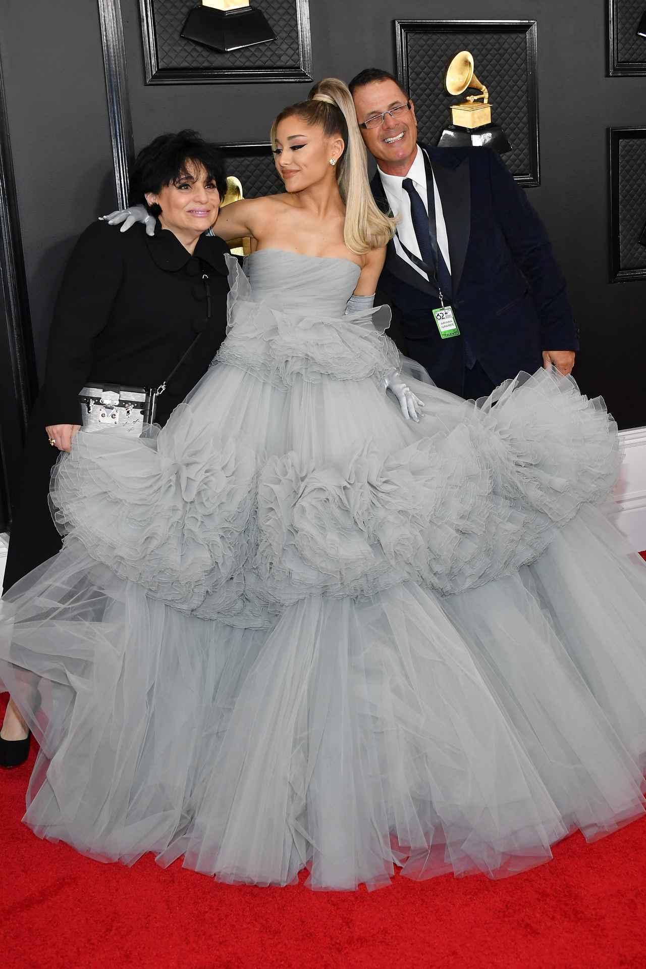 画像: アリアナ・グランデは両親と初グラミー賞の授賞式に参加。