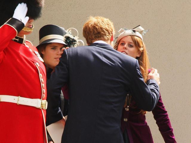 画像: いとことして仲の良いヘンリー王子とベアトリス王女・ユージェニー王女姉妹。(2007年撮影)