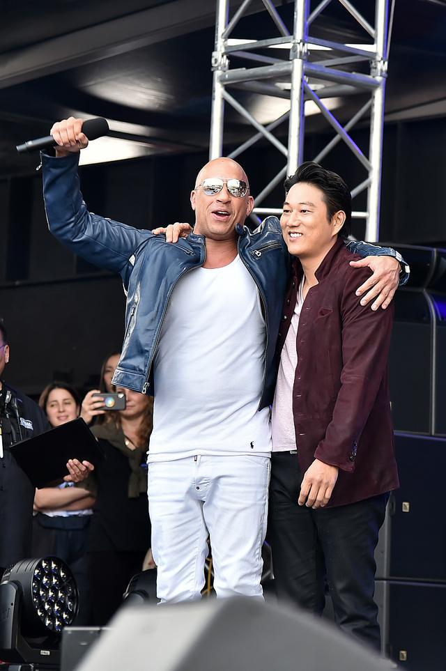 画像: 予告が初お披露目された特別イベントの舞台では、ドム役のヴィンとハン役のサンの再会ツーショットが実現。