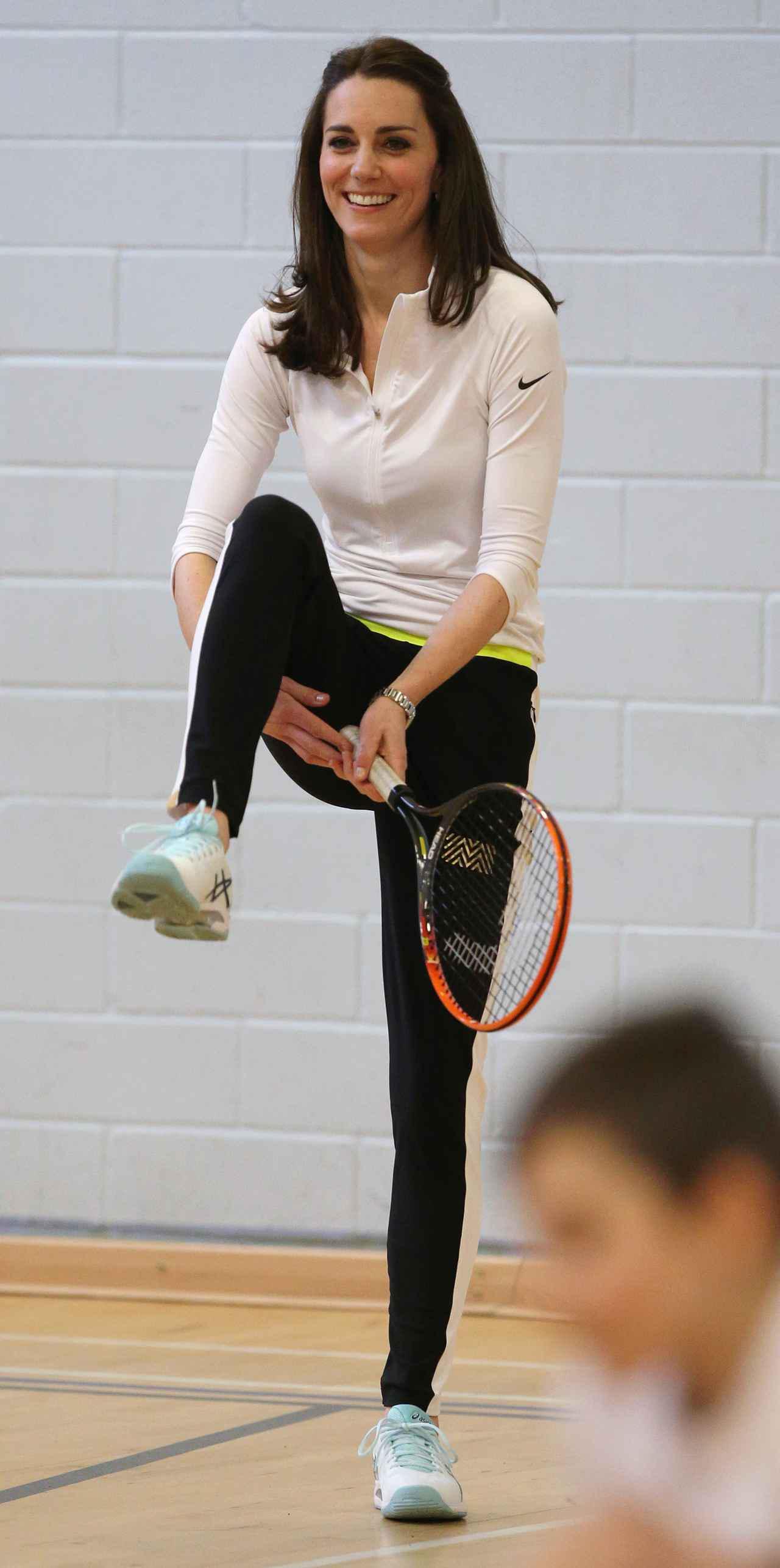 画像: 2016年にスコットランドの高校でテニスに参加したキャサリン妃。