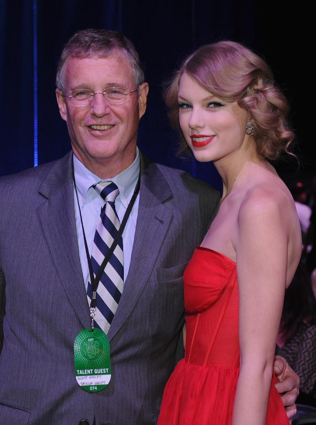 画像: テイラーと父スコット。