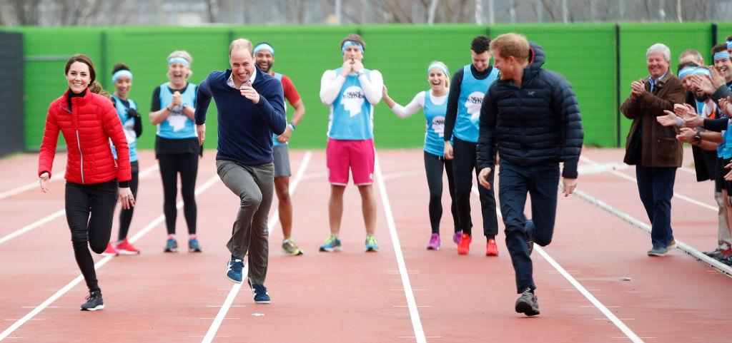 画像: 2017年に、ロンドンマラソンの練習に参加したキャサリン妃(左)、ウィリアム王子(中央)、ヘンリー王子(右)。