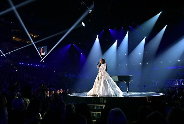 画像: グラミー賞でのパフォーマンスの模様。