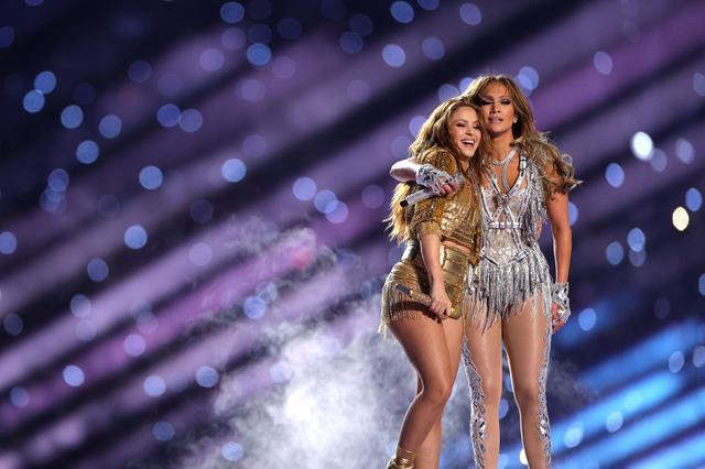 画像: ハーフタイムショーのステージに立つシャキーラとジェニファー・ロペス。