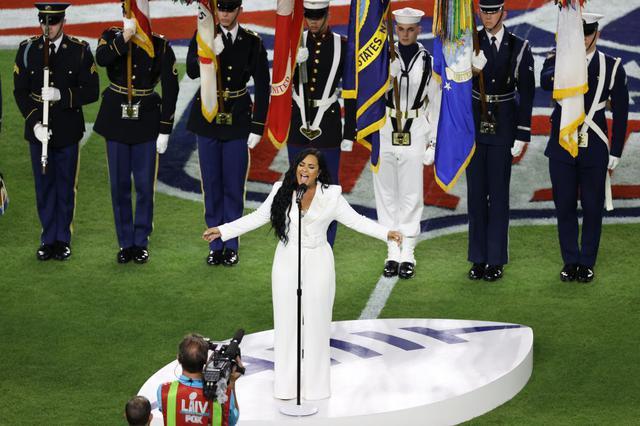 画像: 国歌斉唱を担当したのは、シンガーのデミ・ロヴァート。