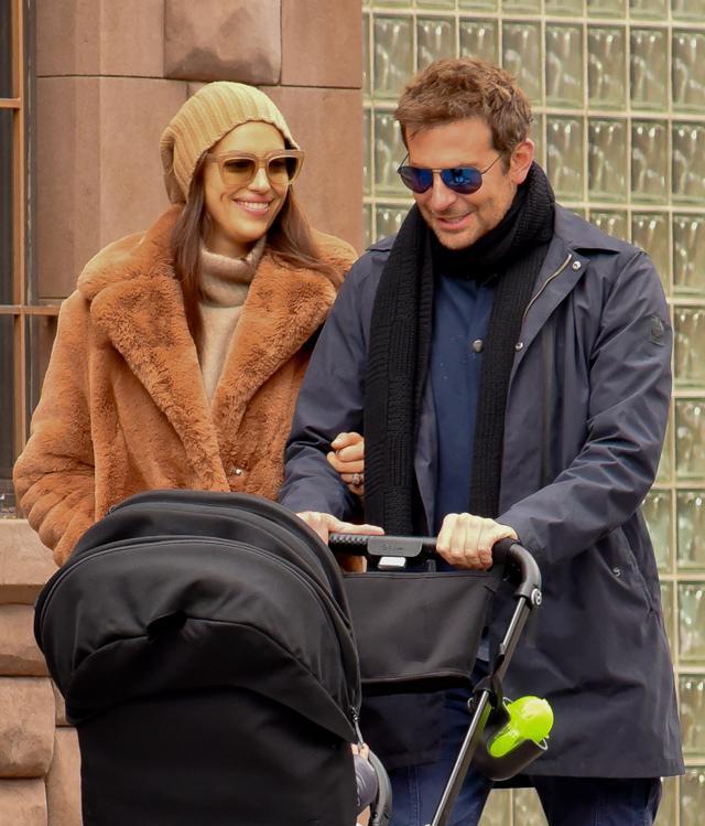 画像: 2018年秋、まだラブラブだった頃のブラッドリーとイリーナ。レアちゃんをベビーカーに乗せてニューヨークの街を散歩する姿がよく見かけられていた。