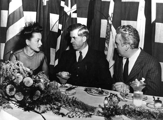 画像: 当時のアメリカ副大統領ヘンリー・A・ウォレス(中央)と会談するダドリー・ニコルズ(右)。(1944年撮影)