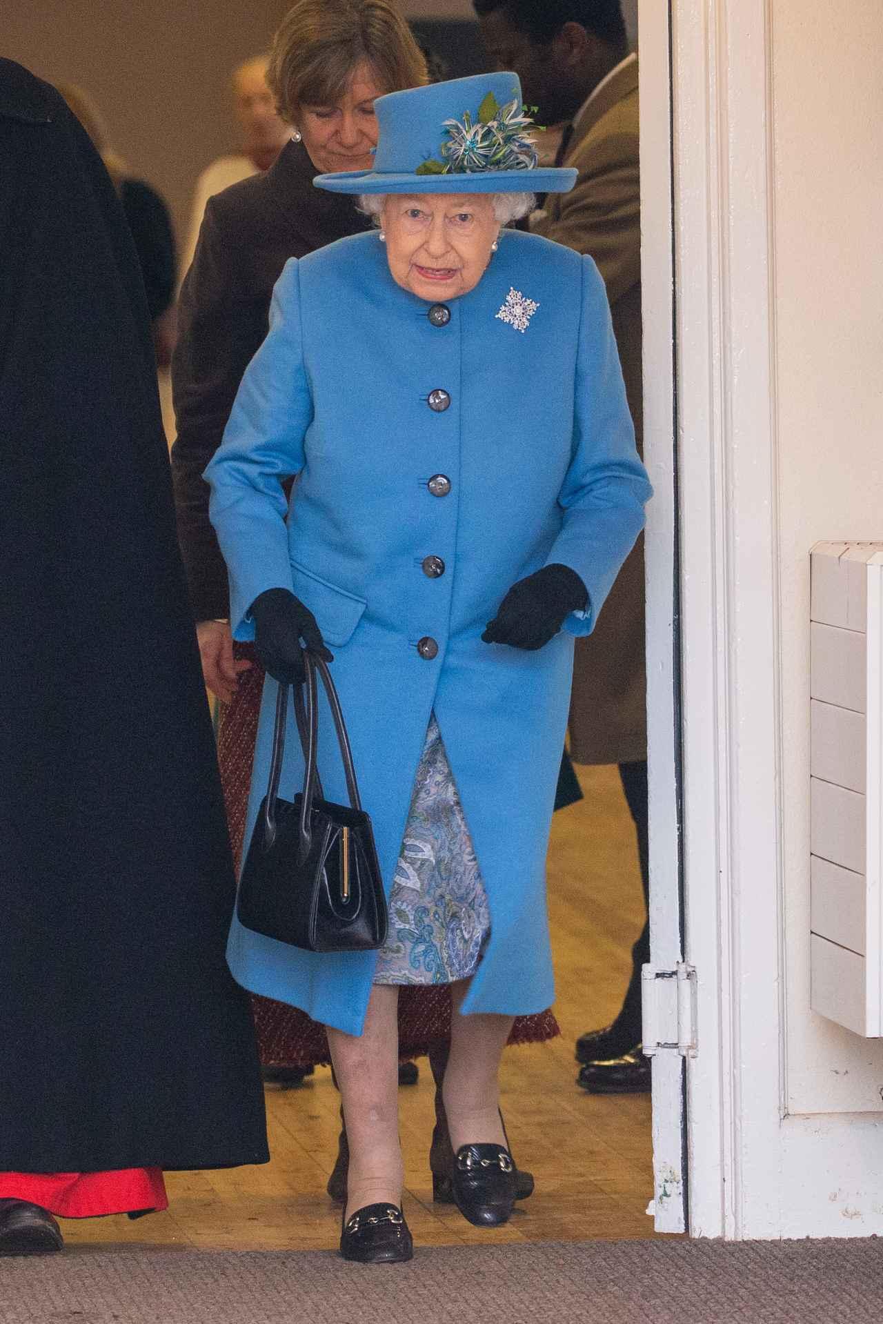 画像1: エリザベス女王、衣装にきらめく孫たちへの愛