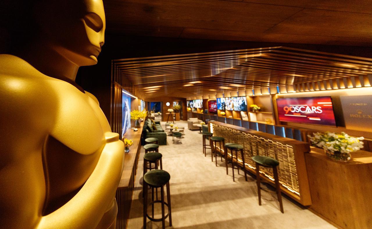 画像: 会場内にはこうしたグリーンルーム(控え室)やバーがいくつかある。