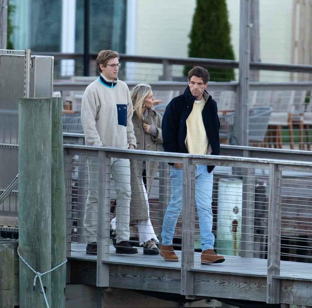 画像: ジェニファーとクックの結婚式前日に行なわれたリハーサルディナーに向かうシエナとルーカス。
