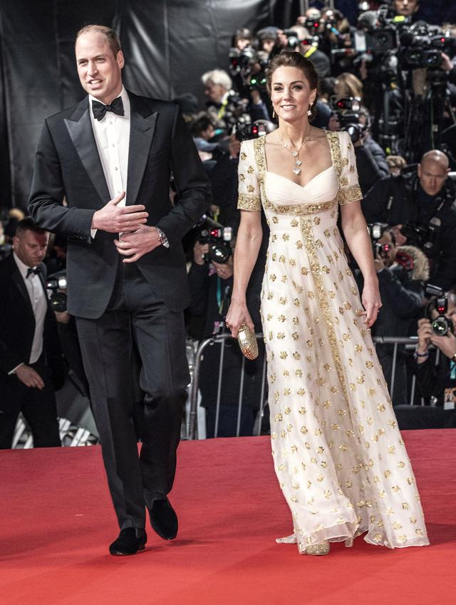 画像: 出席者へのギフトバッグの提供が廃止され、再利用可能なレッドカーペットが導入された英国アカデミー賞(BAFTA)。BAFTAの代表を務めるウィリアム英王子に同伴したキャサリン妃は、過去のイベントで着たドレスを再度着用して現れた。