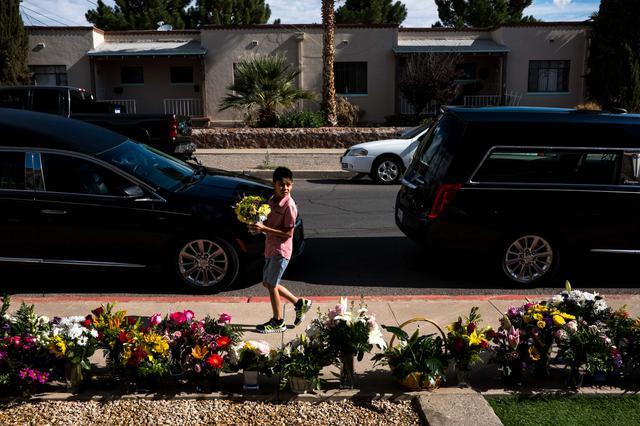画像: 米テキサス州エルパソで発生し22名の命が犠牲になった銃乱射事件の追悼を行う少年